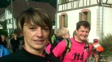 Erst gemütlich den Berg hinauf. Rechts Frédéric Hoff mit Söhnchen im Rucksack!