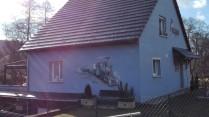 """Auf diesem Haus, das in der Straße """"Rue du Chemin de Fer"""" steht, sieht man ein Gemälde mit der Dampfeisenbahn."""