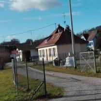 Diese Haus ist der ehemalige Bahnhof. Ich hätte zu Fuß etwa 5 Minuten...
